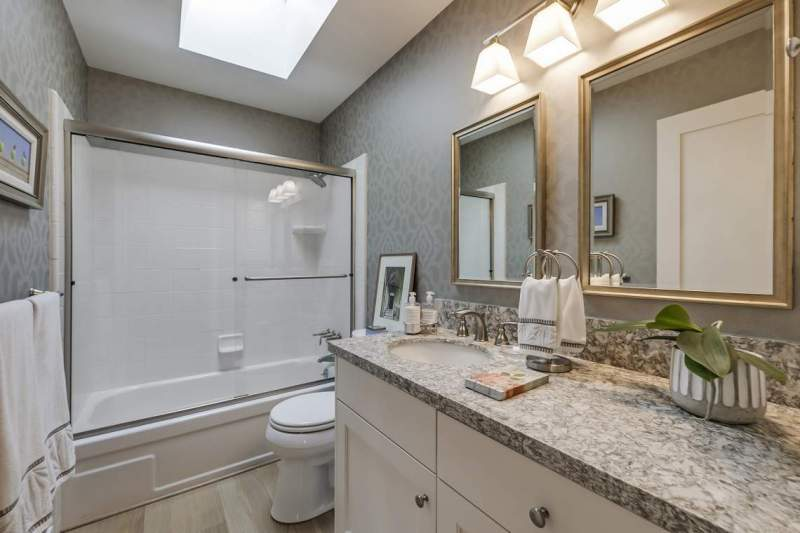 Guest-bath-with-custom-finishes